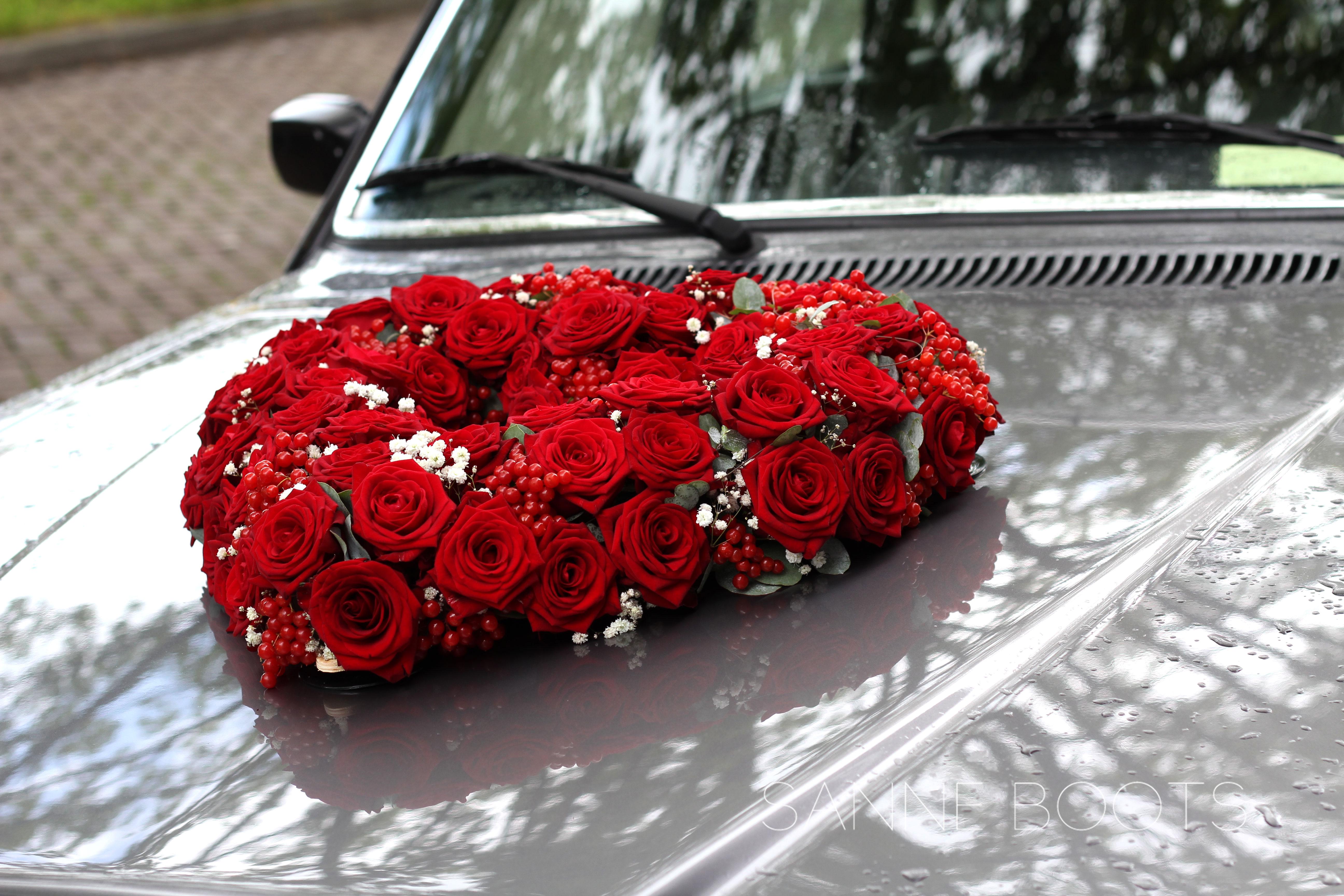 Hartvormig autocorso | Rondrijden met een zee van rozen op de motorkap