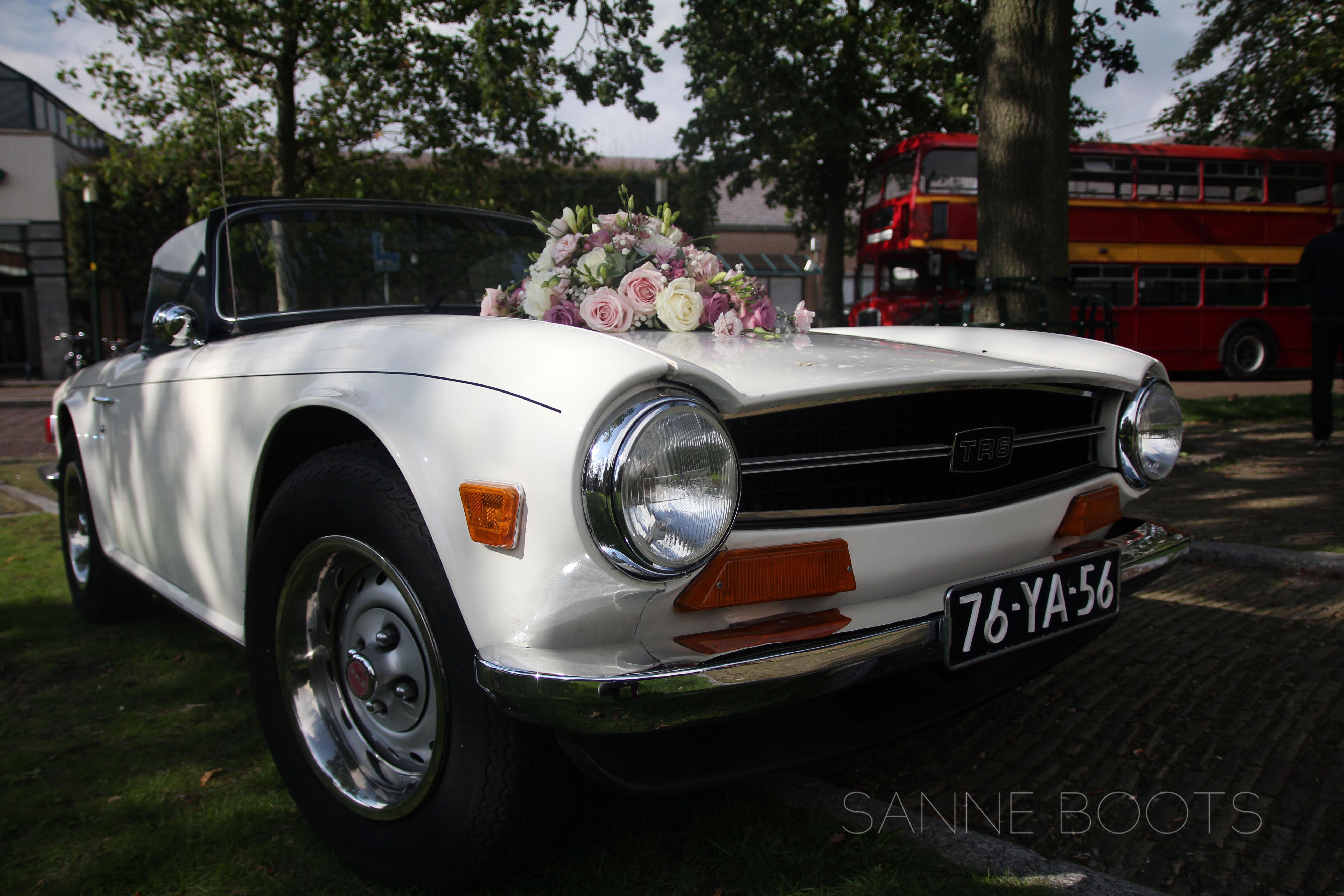 Autobloemstuk | Rondrijden met deze bloemen op je motorkap en iedereen weet dat jij gaat trouwen