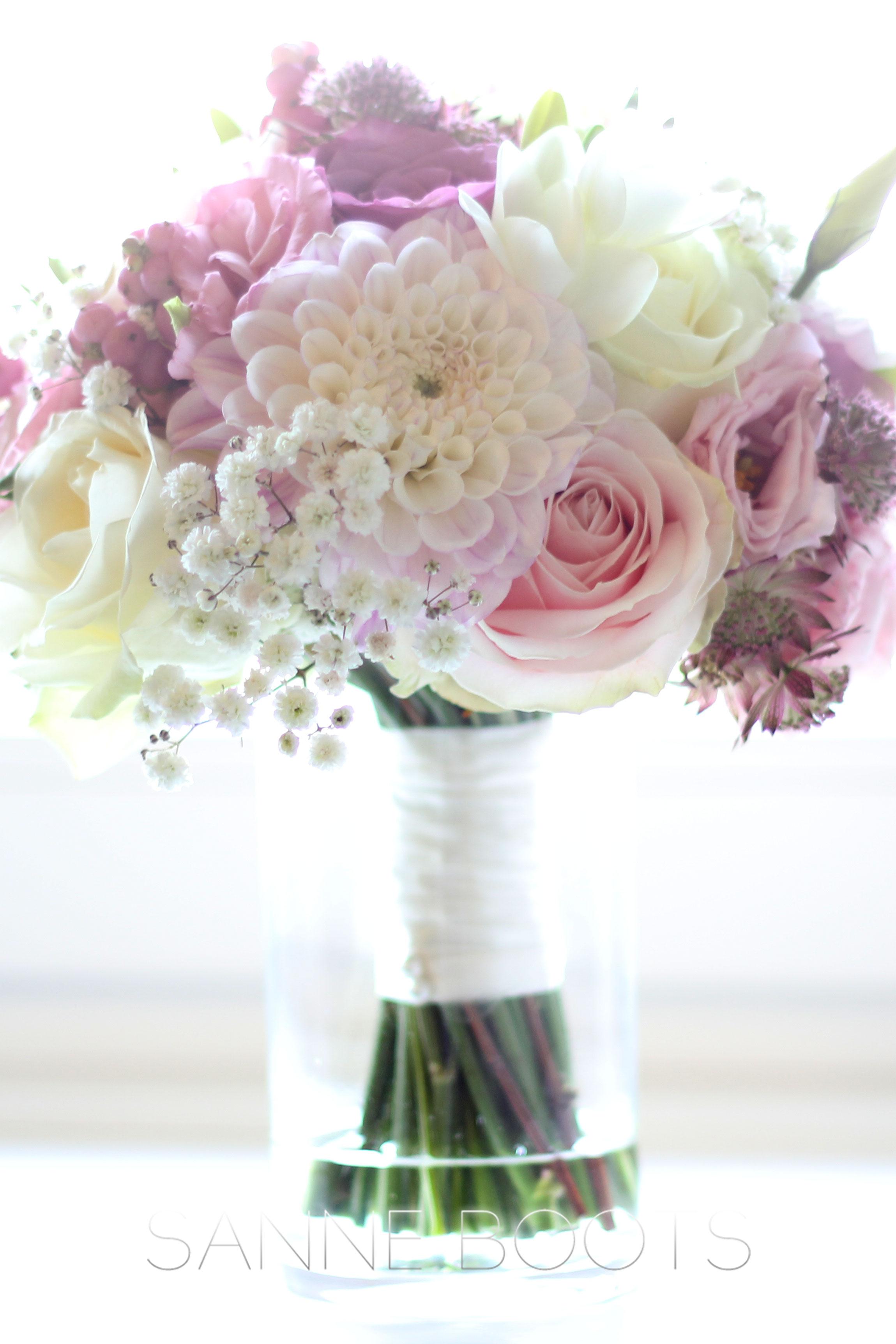 Bruidsboeket | Een handgebonden biedermeier in pastelkleur