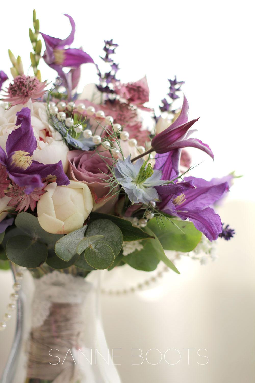 Bruidsboeket |Lavendel, Clematis, Pioenroos, Roos 'Memory Lane', Zeeuws Knoopjes en een parelketting